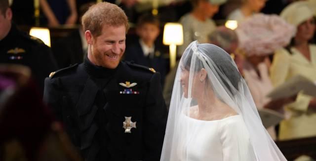 El príncipe Enrique de Inglaterra mira a Meghan Markle tras su llegada al  altar de la 7276c2cff282a
