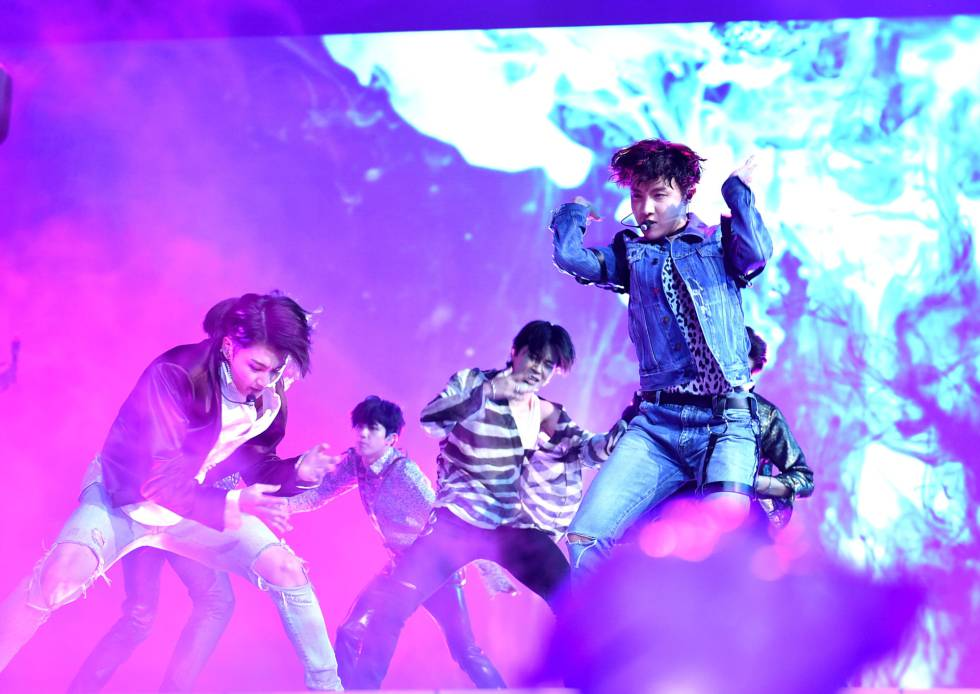 BTS durante el estreno mundial en vivo de 'Fake Love' en los Billboard Music Awards 2018.