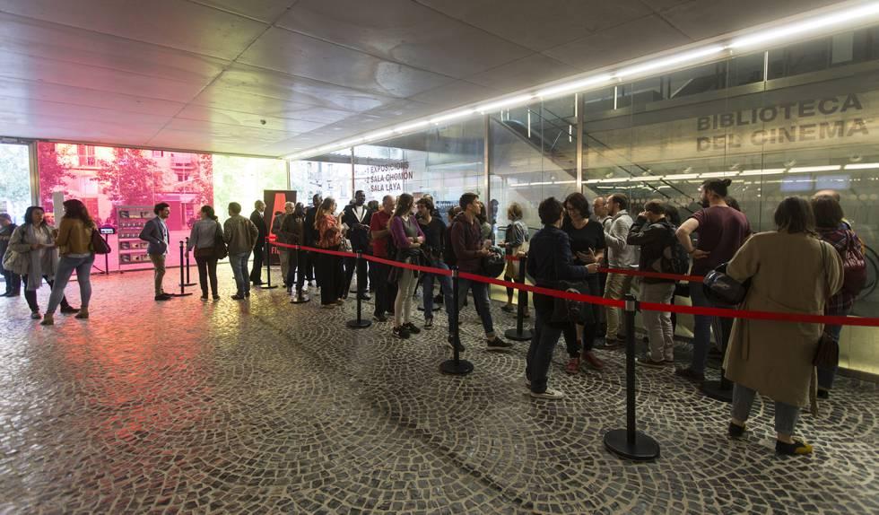 Acceso principal de la Filmoteca de Barcelona, en El Raval, con asistentes haciendo cola para asistir la inauguración del FICAB.