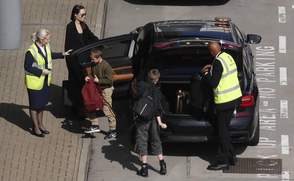 Angelina Jolie y sus hijos Knox y Shiloh en Londres el 17 de mayo de 2018.