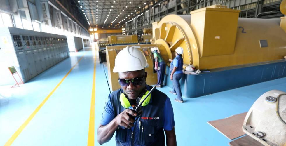 Un trabajador en una central eléctrica, en Lagos (Nigeria).