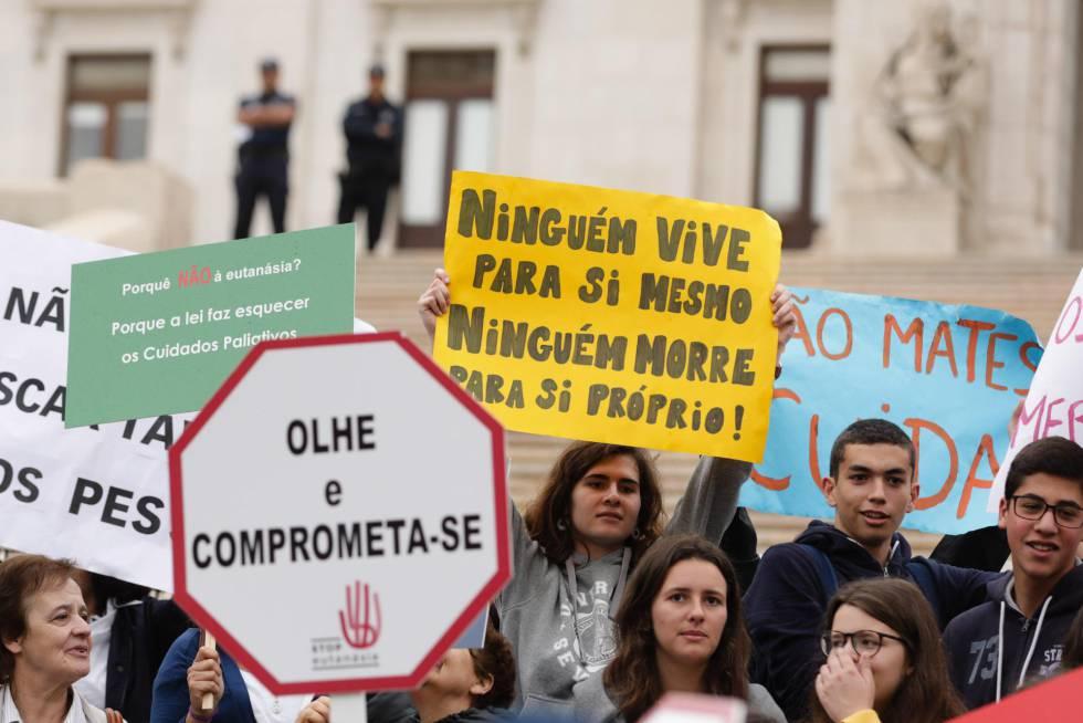 Manifestación en la Asamblea de la República para protestar contra la despenalización de la eutanasia y la muerte asistida en Lisboa.rn rn