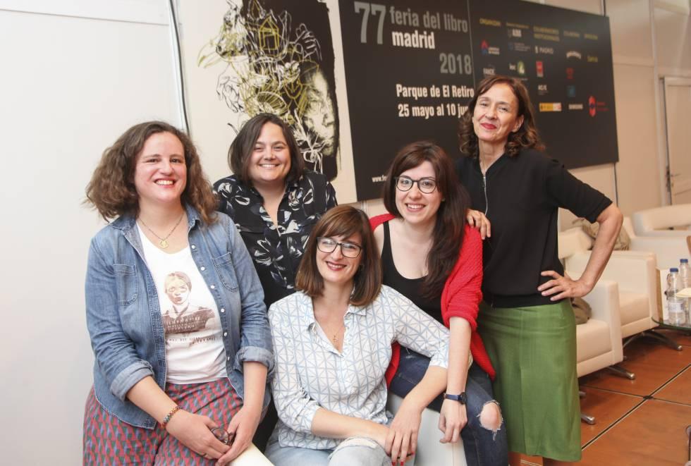De izquierda a derecha, Lucía Valcárcel, Marta Martínez, Patricia Escalona, Sheila Mateos y Begoña Huertas este domingo 27 de mayo en la presentación del colectivo en la Feria del Libro en el parque El Retiro, en Madrid.