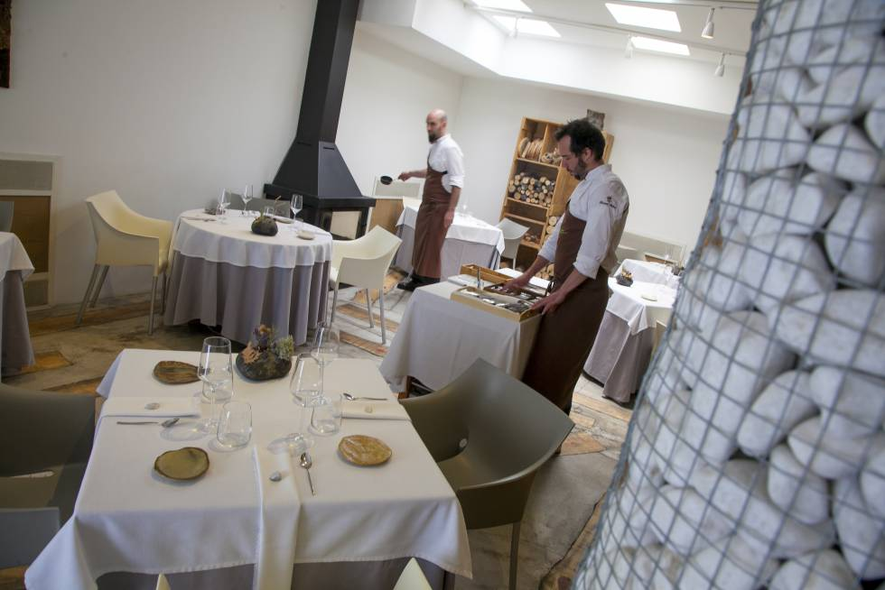 Waiters setting tables in the restaurant Montia, in San Lorenzo, El Escorial (Madrid).