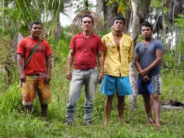 Cuatro hombres guajajara miembros de los Guardianes de la Amazonía.