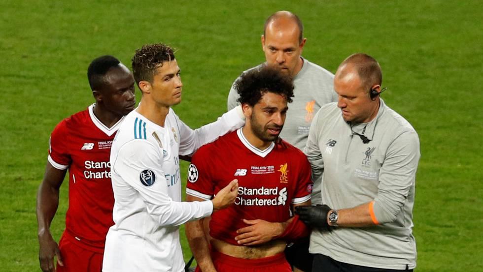 Mohamed Salah abandona el campo tras su lesión en la final de la Champions.