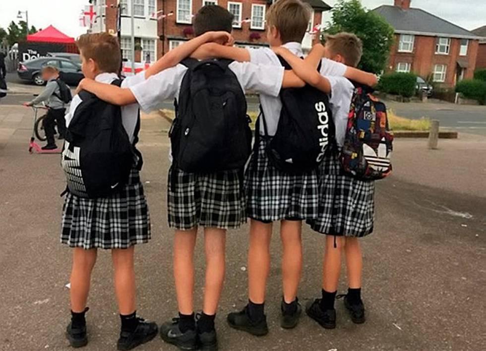 20bac5118ebff Un colegio británico prohíbe a los chicos llevar pantalón corto y sugiere  que usen falda