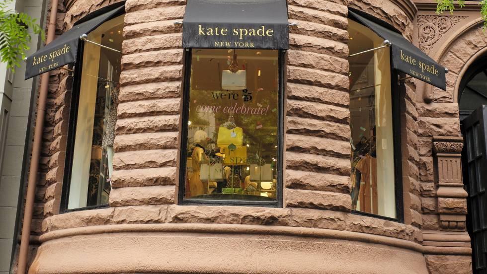 Vista exterior de la tienda Kate Spade en Newbury Street en Boston.