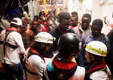 600 migrants in search of a port