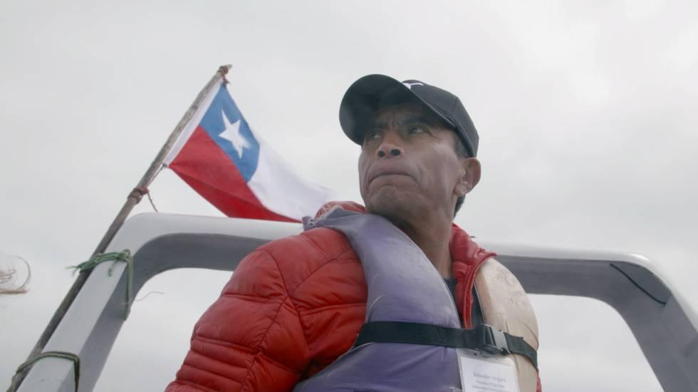 O pescador Salvador Vergara circunavega a ilha chilena de Choros