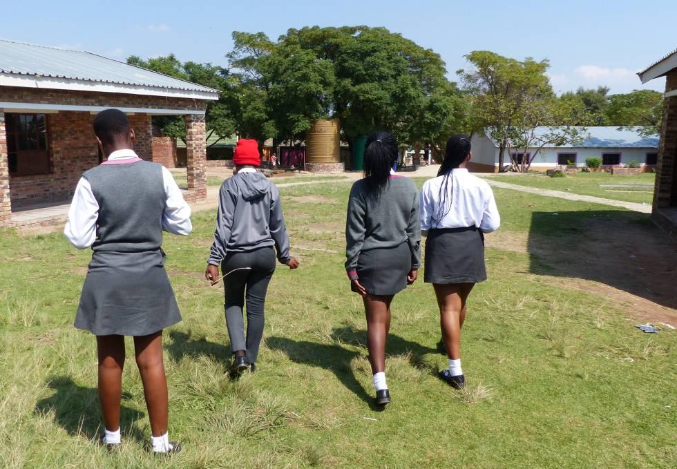 Compañeras de centro escolar de una adolescente que se suicidó el año pasado, cerca de Johannesburgo.