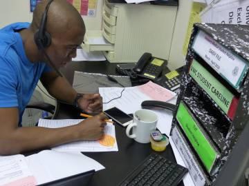 Un técnico de Sadag especializado en atender llamadas de estudiantes con tendencias suicidas, en la oficina de Johannesburgo.