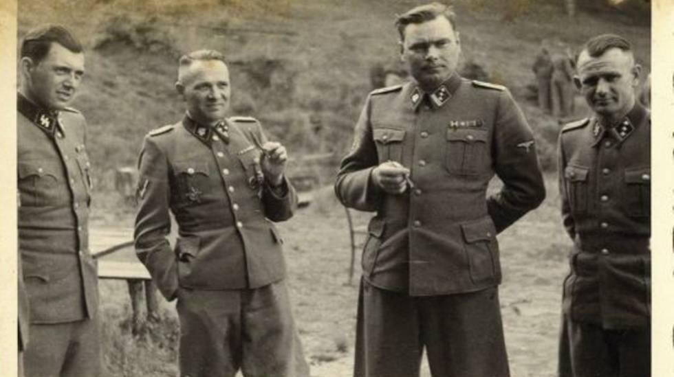 Rudolf Höss, segundo por la izquierda, junto a Mengele (a su derecha), Josef Kramer (La Bestia de Belsen) y otro oficial, en un descanso en Auschwitz.