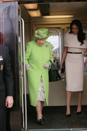 Isabel II, en su primer viaje con Meghan Markle.