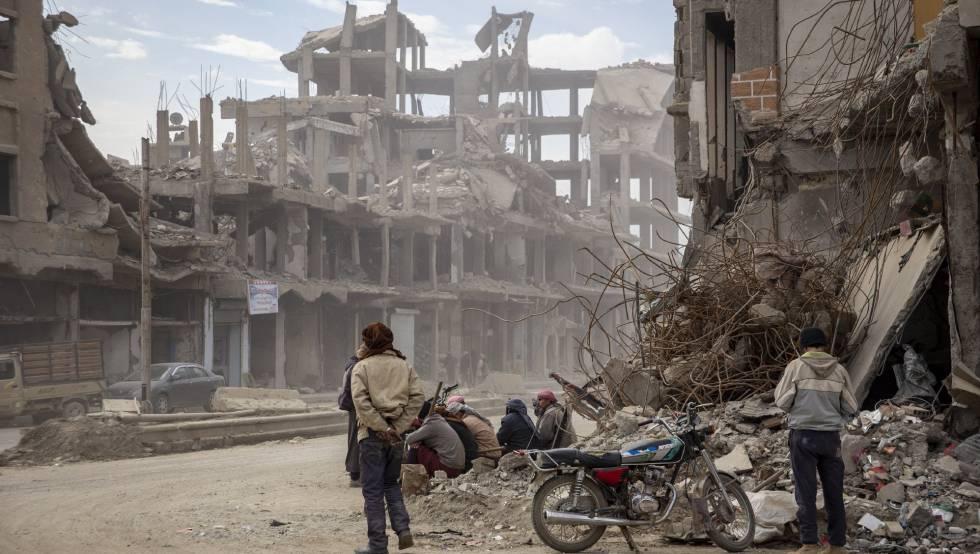 Una calle de Raqqa destruida por los bombardeos.
