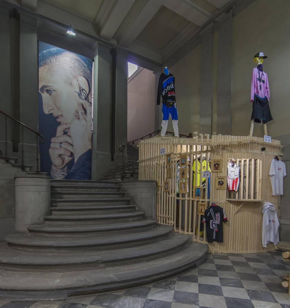 Vista de la instalación de la exposición Fanatic Feelings. Fashion Plays Football, celebrada en Complesso Santa Maria Novella de Florencia en el marco de la feria Pitti Uomo 94 (junio de 2018).