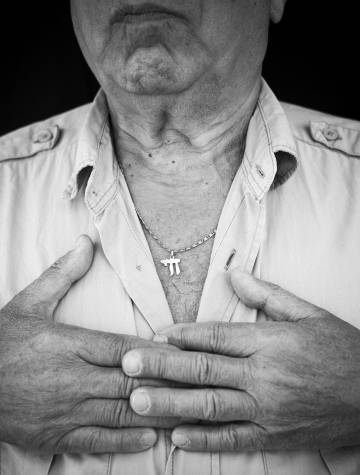 """Alain Banhmou, judío francés, sufrió un asalto en su casa de Bondy en 2015. Uno de los agresores utilizó un pintalabios rojo de la esposa de la víctima para escribir en la pared: """"Sucio judío. Viva Palestina"""". En una carpeta con los documentos policiales de la investigación, hay un post-it donde se lee: """"Bondy. Sucio judío""""."""
