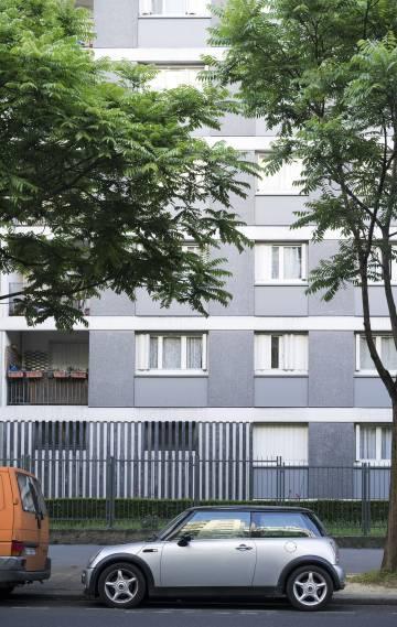 """Edificio de París en el que Mireille Knoll, de 85 años y superviviente del Holocausto, fue asesinada el 23 de marzo. Los agresores —un vecino de Knoll de 29 años que la conocía desde niño y otro de 21 años— entraron en el apartamento de la víctima y la apuñalaron 11 veces antes de prenderle fuego. Uno de ellos gritó """"¡Alá es grande!"""" mientras la acuchillaba. El asesino de mayor edad confesó a la policía que el otro le dijo: """"Es judía, debe tener dinero""""."""