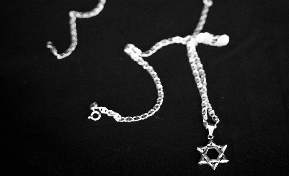 La cadena con la cruz de david que le arrancaron a David Pinto era similar a esta.