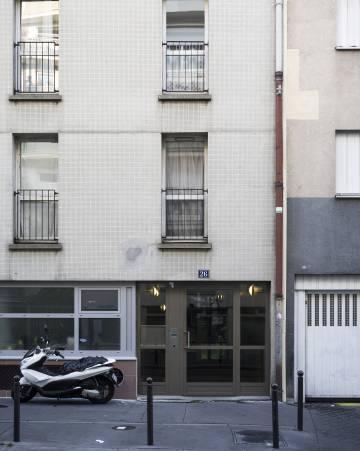 """La casa en la que Sarah Halimi, de 65 años, fue asesinada en París. Recibió una paliza y fue lanzada por la ventana en abril de 2017. Kobili Traoré, un vecino de 27 años, camello y drogadicto, trepó hasta el balcón y entró. La policía recibió varias llamadas de una mujer gritando mientras un hombre la golpeaba y gritaba: """"Cállate"""", """"Alá es grande"""" y """"He matado a Satán"""". Después Traoré saltó hasta otro piso y recitó versos del Corán. La policía lo detuvo poco después y está recluido en un psiquiátrico."""
