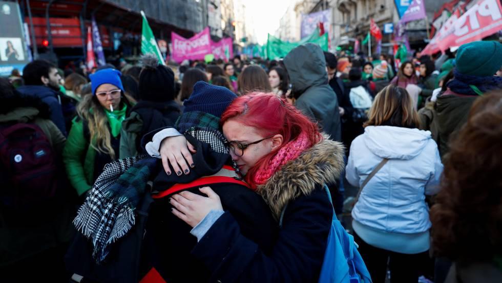 Miles de personas festejan la aprobación de la despenalización del aborto en las inmediaciones de la plaza del Congreso en Buenos Aires.