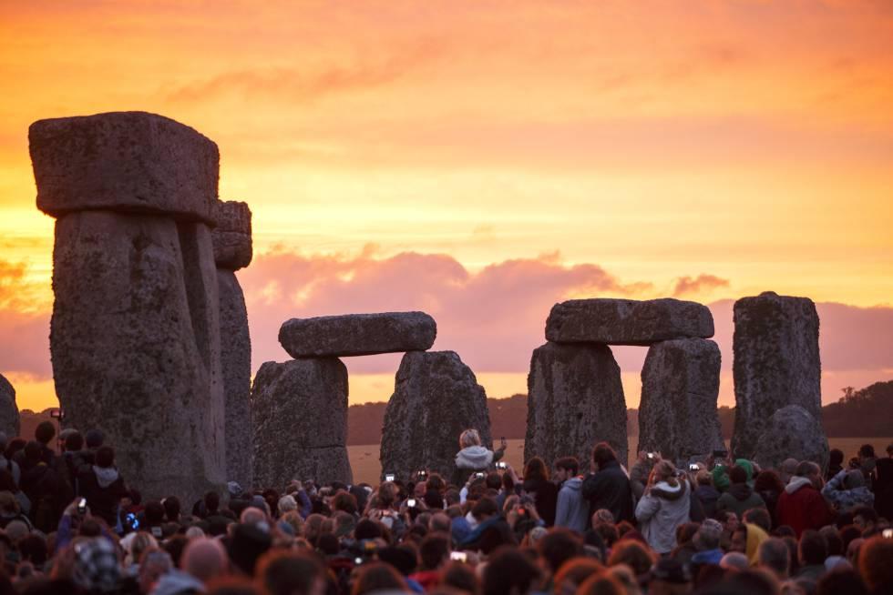Visitantes a Stonehenge toman fotos durante el solsticio de verano, el 21 de junio de 2015.