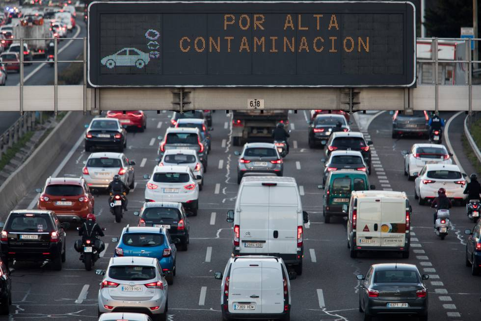 Spanish Pollution Levels Pollution Has Killed  People In  A Traffic Board On The M Informs Drivers About The Pollution Protocol In  Madrid
