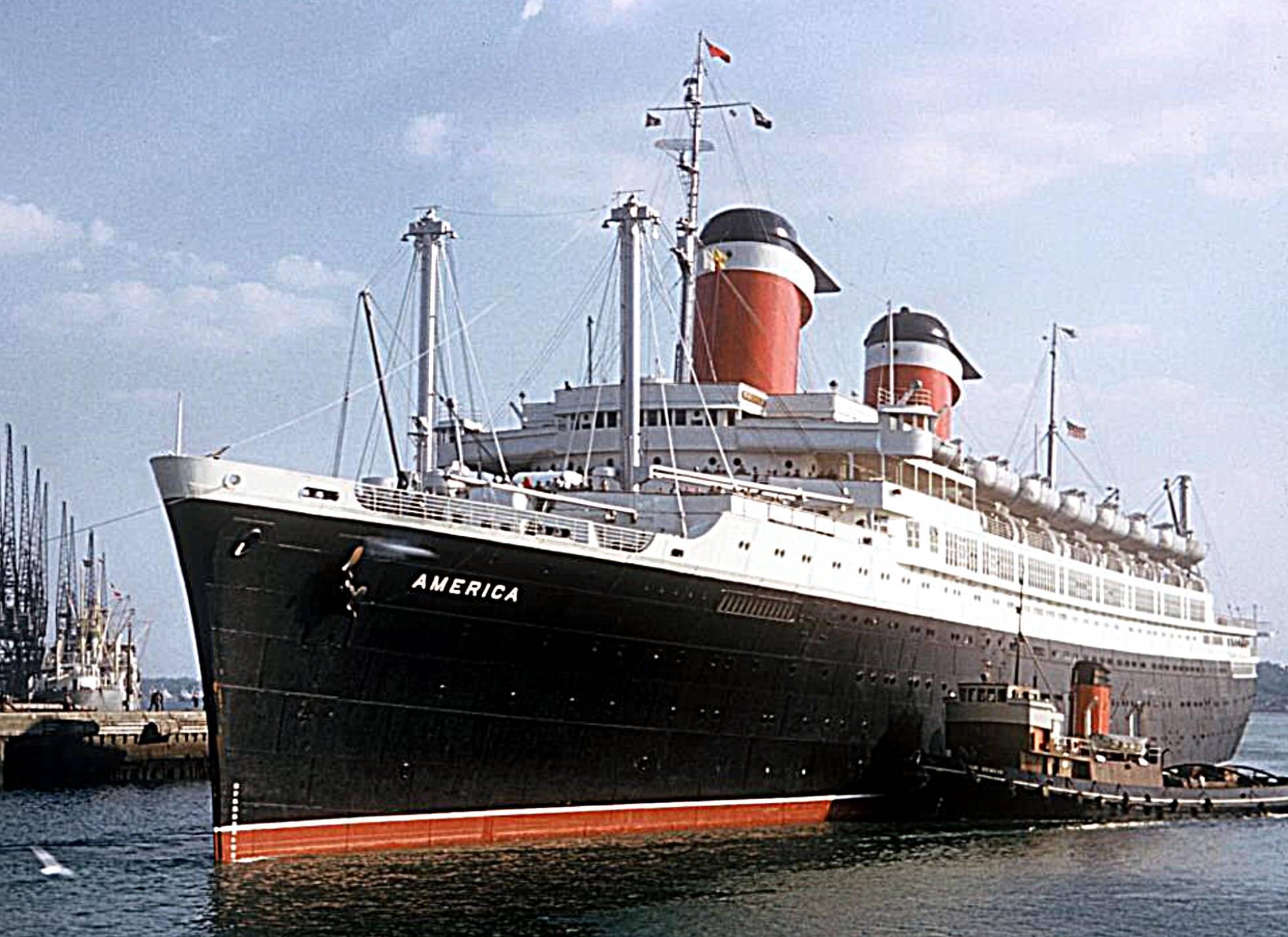 El SS American en sus tiempos de gloria, entrando en el puerto de South Hampton (Inglaterra).