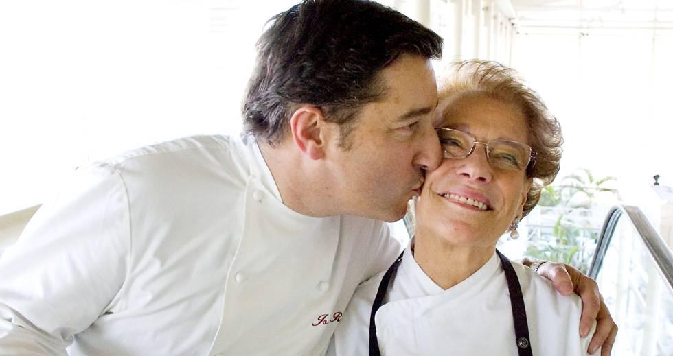 Joan Roca con su madre, Monserrat Fontané.