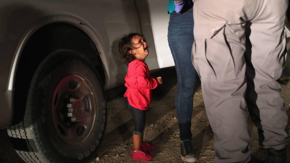 Una niña llora junto a su madre al ser detenidas en la frontera entre Estados Unidos y México.