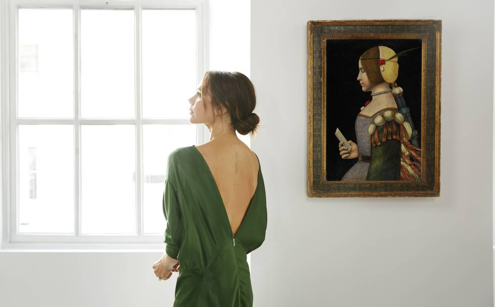 Victoria Beckham posa en su tienda ante un retrato pintado por el círculo de Leonardo da Vinci.