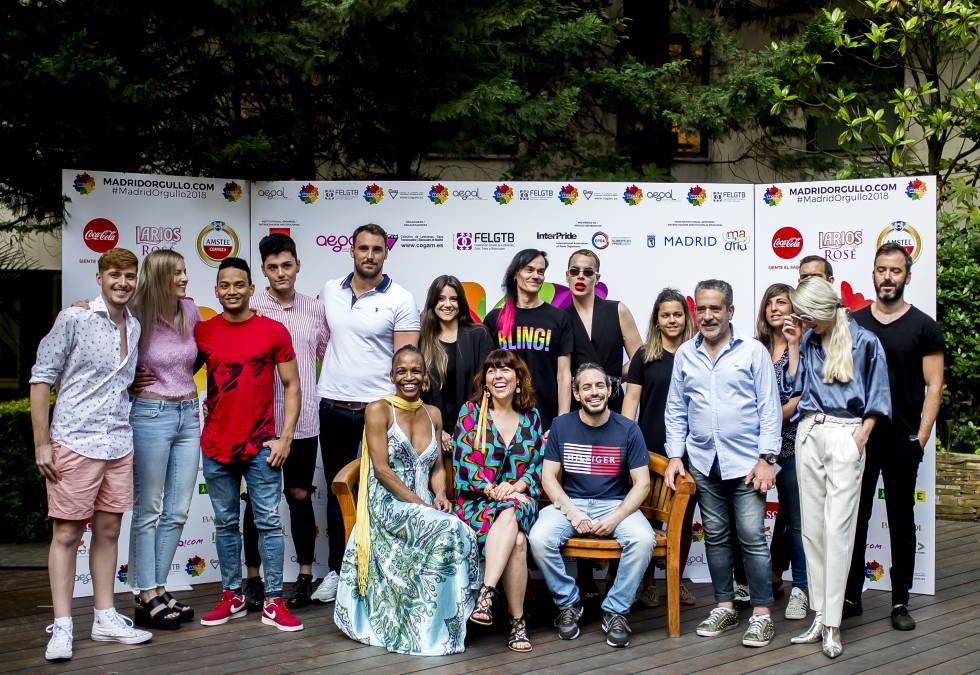Algunos de los artistas y promotores implicados en el Orgullo 2018 durante la presentación del evento en Madrid, entre ellos Agustín Gómez Cascales (séptimo en la fila superior).