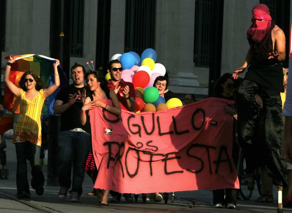 Participantes en el Orgullo Gay de Sevilla con una pancarta en la que se lee