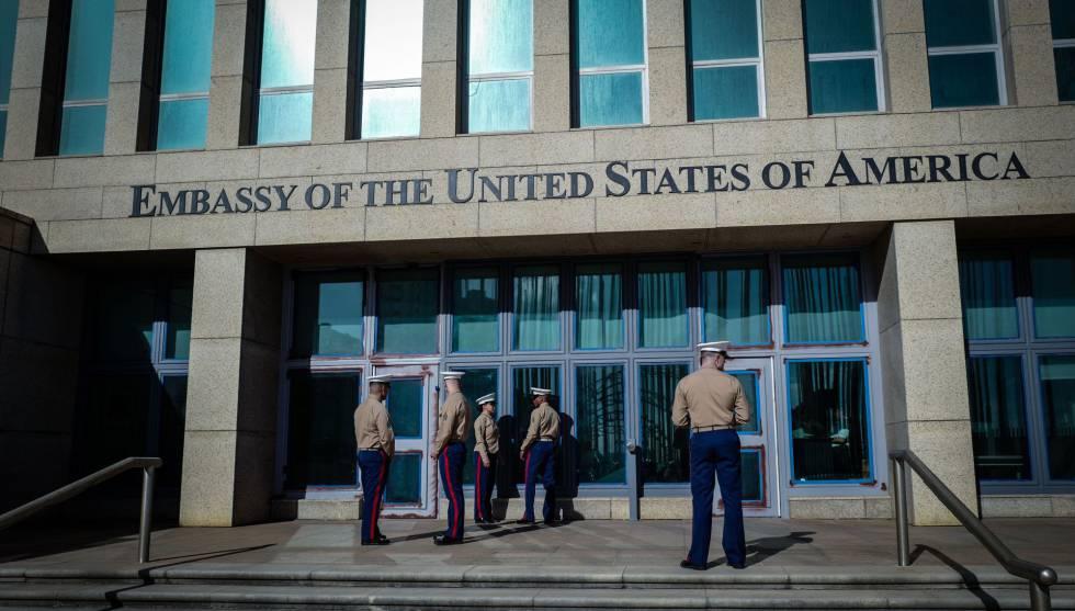 Marines de EE UU, frente a su embajada en Cuba el pasado febrero.