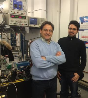 José Azaña (izquierda) y Luis Romero Cortés (derecha) junto al experimento.