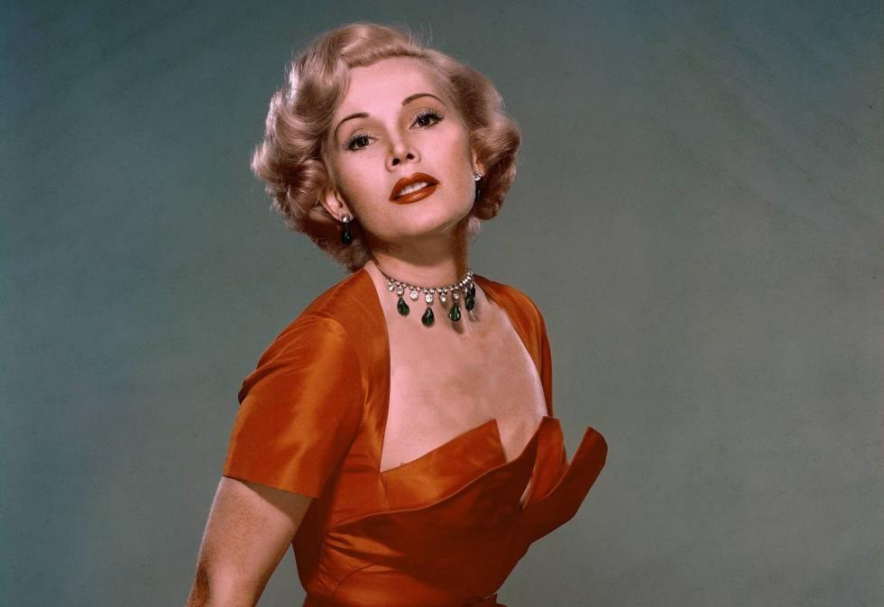 Retrato de estudio de la actriz Zsa Zsa Gabor realizado entre 1950 y 1955.