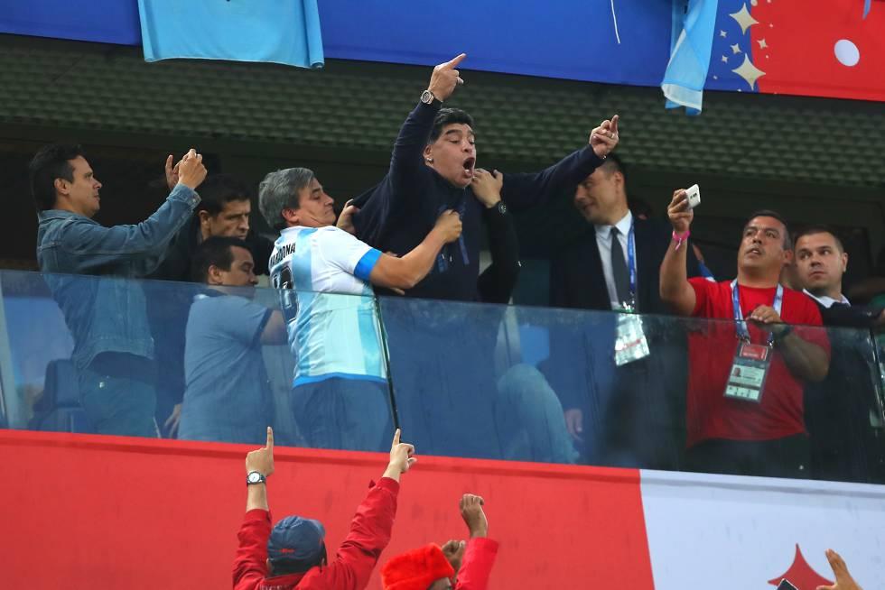 Maradona gesticula durante el partido del Mundial que enfrentó a Argentina con Nigeria, en San Petersburgo.