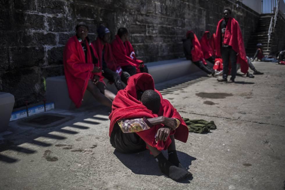 Los migrantes  africanos  rescatados en el Estrecho de Gibraltar en Tarifa, Cádiz.