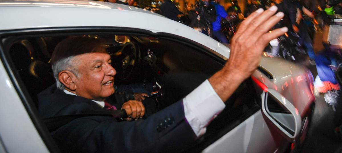 López Obrador saluda a sus seguidores tras la victoria.