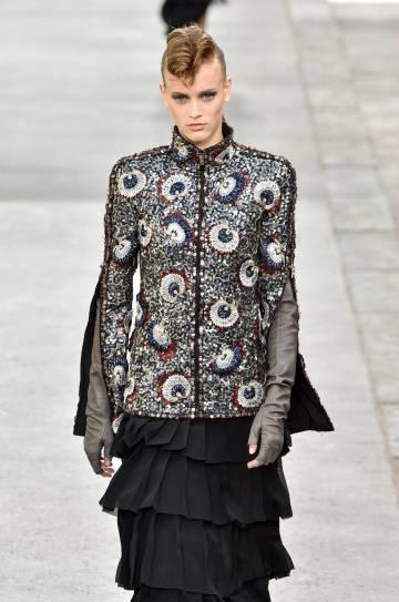 Una modelo en el desfile de Chanel alta costura otoñoinvierno 20182019.