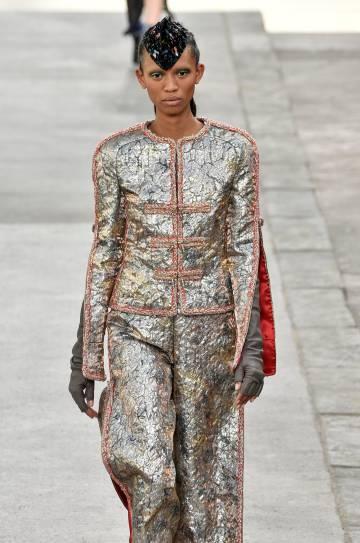 La modelo Adesuwa Aighewi viste un traje metalizado de Chanel alta costura.
