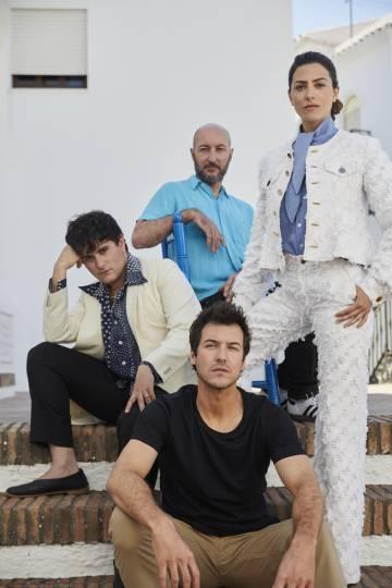 Jorge Suquet (en primer plano) y Bárbara Lennie protagonizan el primer corto de marca de Larios. Palomo Spain (a la derecha) es el encargado del vestuario y la dirección cae en manos de Diego Postigo (al fondo).