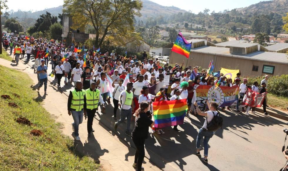 Decenas de personas marchan por las calles de Suazilandia en la primera marcha del orgullo LGTB del país.