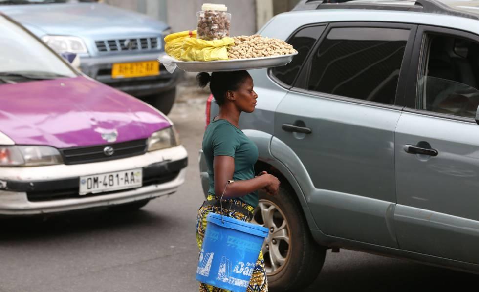 Aisssatou Ba Bourkinabe, una vendedora de cacahuetes, se abre paso con su mercancía entre el tráfico de Libreville el pasado 25 de junio de 2018.