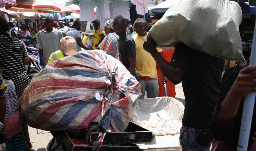 Varios chicos porteadores, la mayoría provenientes de otros países, trabajan en el mercado de Mont Bouet en Libreville.
