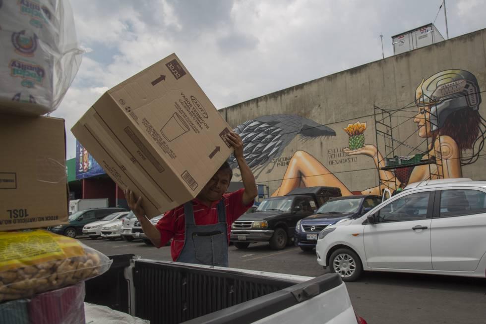 Un trabajador de la Central de Abasto durante su jornada laboral frente de uno de los nuevos murales.