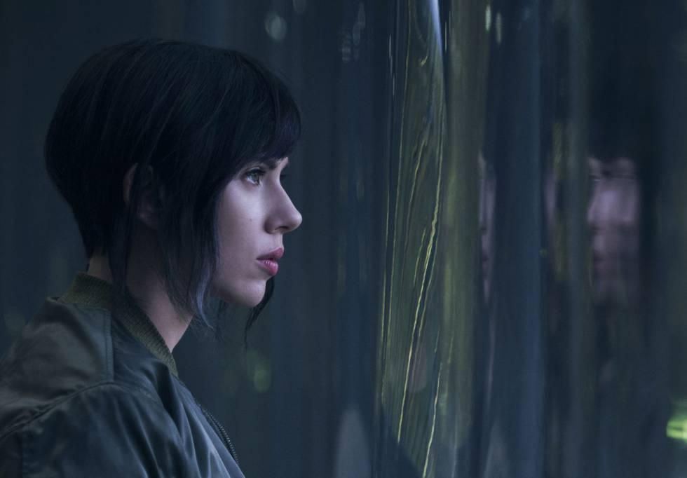 Scarlett Johansson en una imagen de la película 'Ghost in the Shell'.