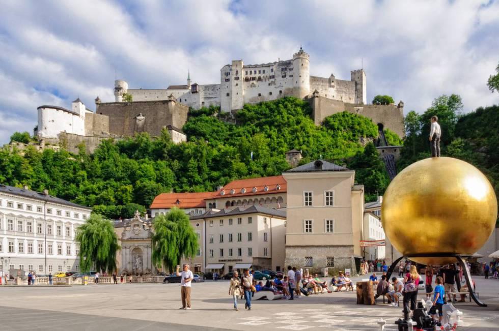 Kapitelplatz, plaza del Cabildo, en Salzburgo, con la gran esfera de Stephan Balkenhol.
