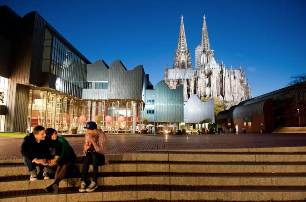 El museo Ludwig, inaugurado en 1986, obra de Peter Busmann Godfried Haberer, con la catedral al fondo.