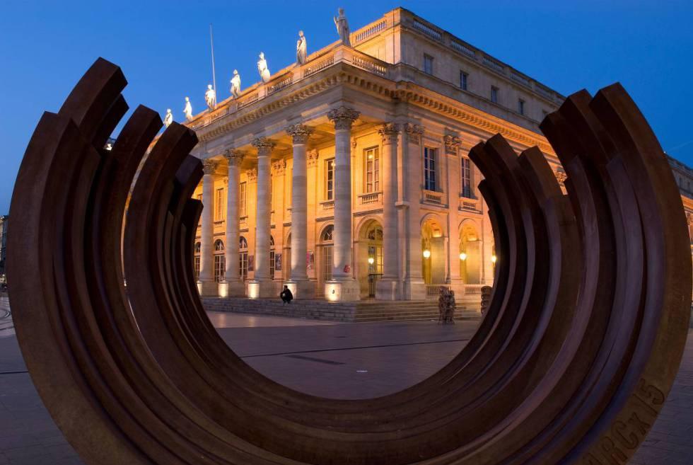 Escultura de Bernar Venet frente al Gran Teatro de Burdeos.